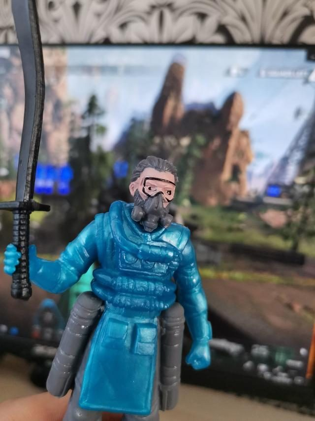 Apex Legends China Figure Caustic with flopper sword